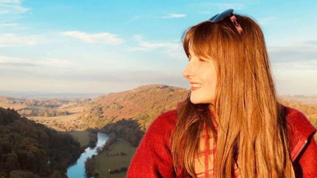 Alexandra Adams, a los 25 años, a punto de convertirse en la primera médica sorda y ciega en Reino Unido