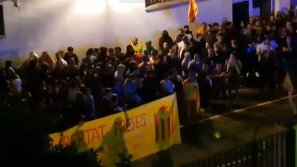 Manifestantes independentistas asedian varios cuarteles de la Guardia Civil en Catalunya