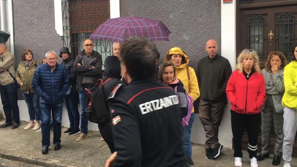 Agentes de la Ertzaintza acuden al lugar de la protesta