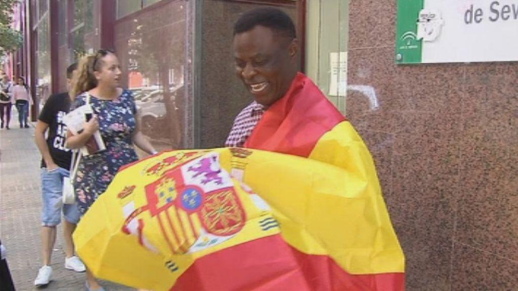 El mítico inmigrante vendedor de pañuelos en Sevilla ya es español