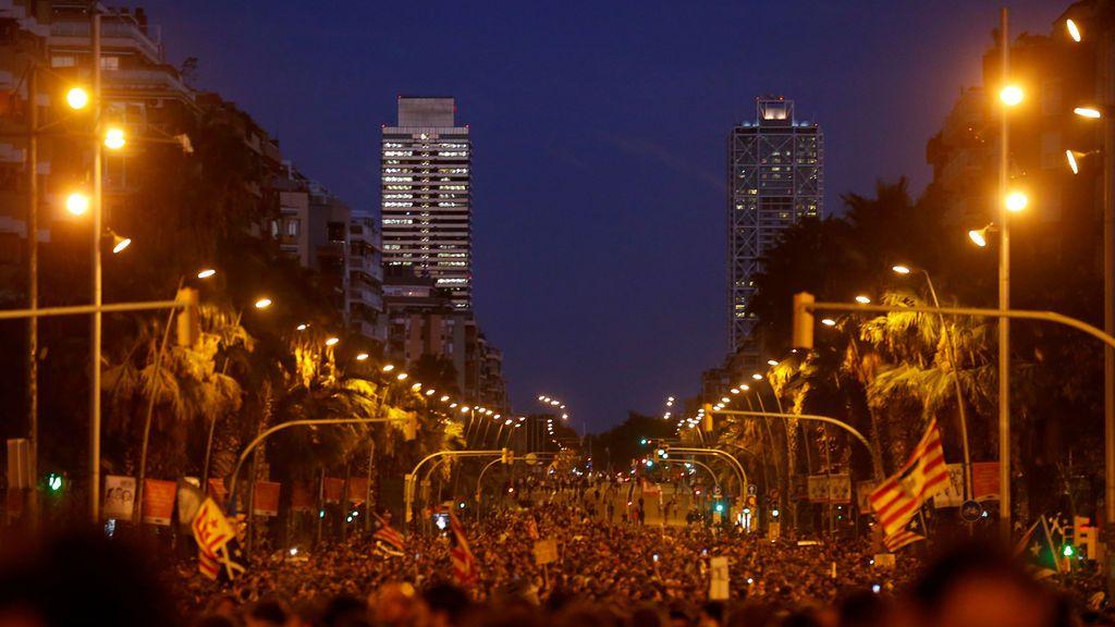 Miles de personas convocadas por los CDR protestan en la Gran Via de Barcelona