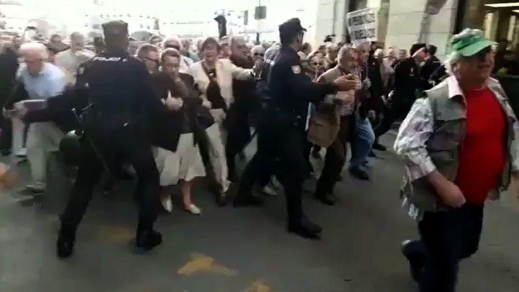 Cientos de pensionistas se hacen virales tras saltarse un cordón policial