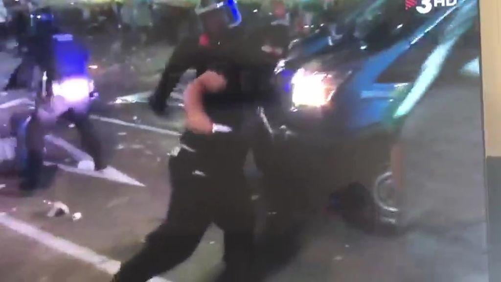 Se enfrenta a los mossos armado con un cuchillo durante los altercados de este martes en Barcelona