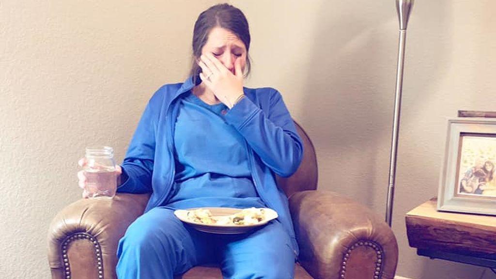Imagen de la enfermera que llora del agotamiento tras trabajar 53 horas: su hermana sube la foto y se hace viral