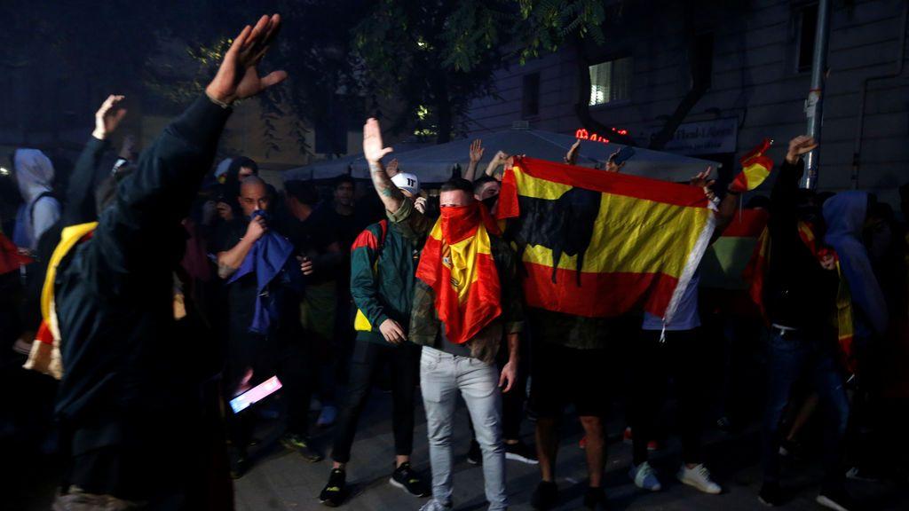 Grupos antinacionalistas se han manifestado con banderas de España en la Plaza de Artós