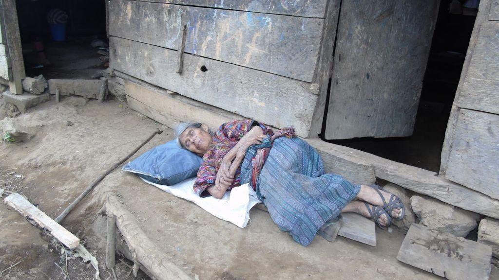 Una anciana de 75 años se queda en la calle por pagar los estudios de su hijo: ahora no sabe nada de él