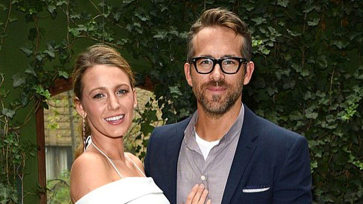 Blake Lively y Ryan Reynolds comparten el primer posado junto a su bebé y desvelan su sexo en un descuido