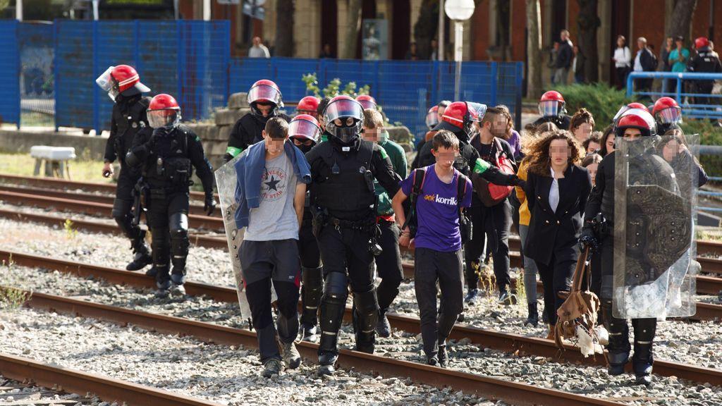 Una docena de jóvenes intenta bloquear las vías del tren en Vitoria
