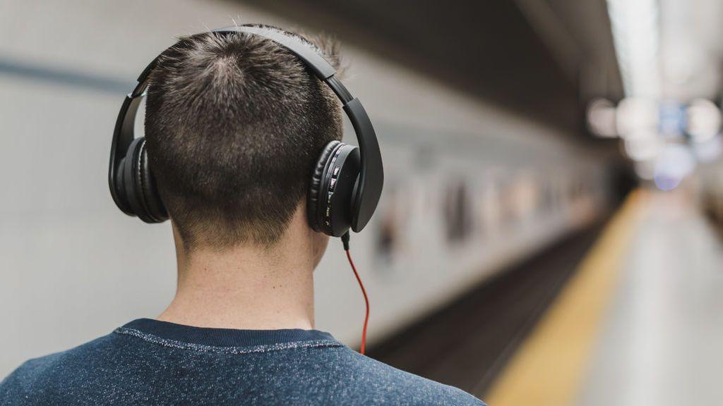 Usuario de Metro con unos cascos