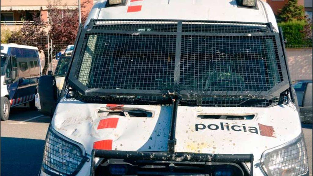 Así han quedado los coches policiales tras las protestas en Cataluña