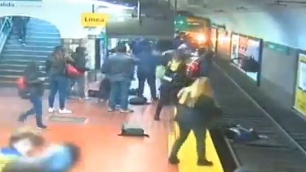 Un hombre se desmaya en el metro y tira a una mujer a las vías, donde fue salvada 'in extremis' de ser arrollada