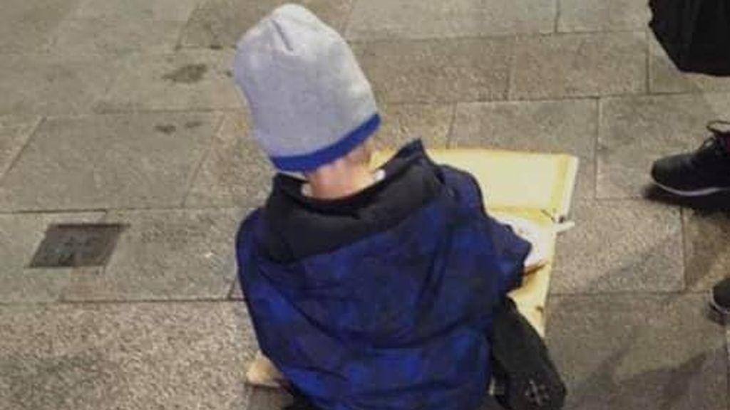 La foto viral de un niño sin hogar cenando en el suelo de una calle en Dublín