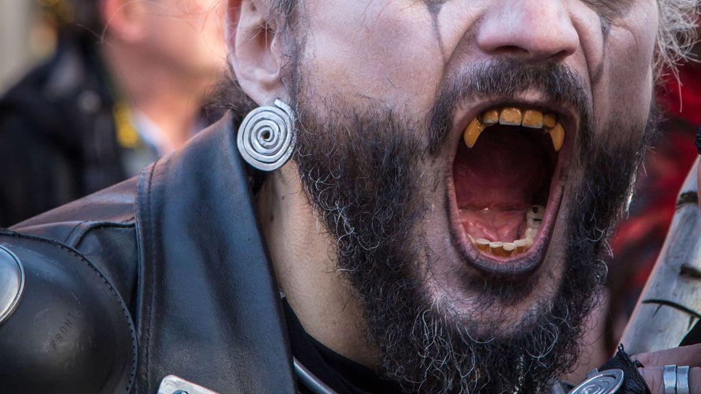 Un hombre golpea con una barra de metal a su compañero de piso porque cree que es un vampiro