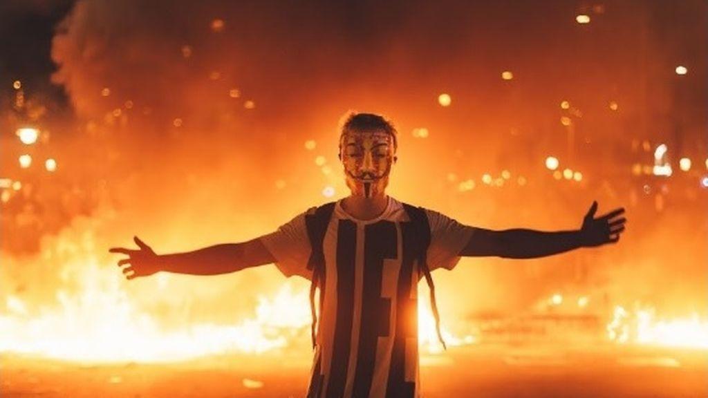 Postureo entre las llamas, las redes sociales se llenan de imágenes con las barricadas de Cataluña de fondo