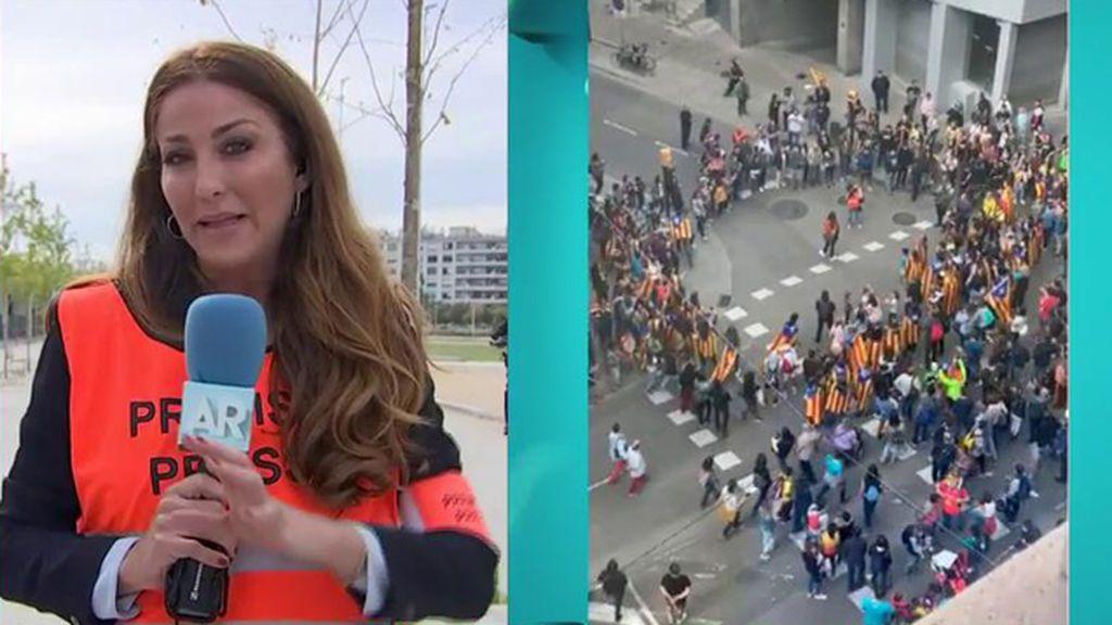 """Una reportera de 'AR' increpada por manifestantes: """"Soy catalana y esto me da mucha pena"""""""
