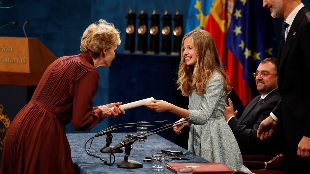 La novelista y ensayista estadounidense Siri Hustvedt (i) recibe de manos de la Princesa Leonor en presencia del Rey Felipe el premio Princesa de Asturias de las letras 2019