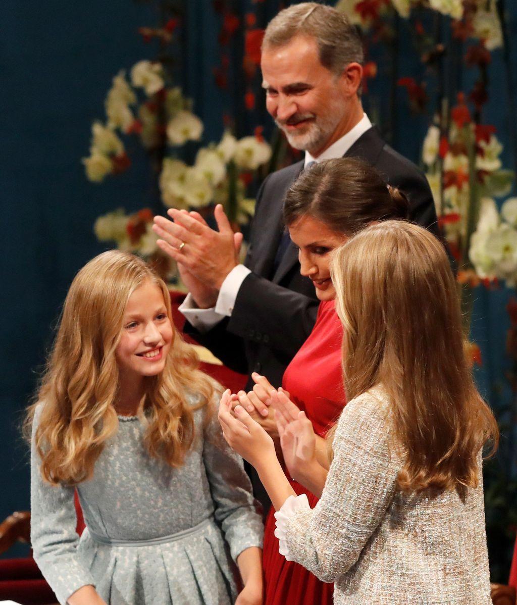 La princesa Leonor es felicitada la infanta Sofía, ante los reyes Felipe y Letizia, tras pronunciar su discurso