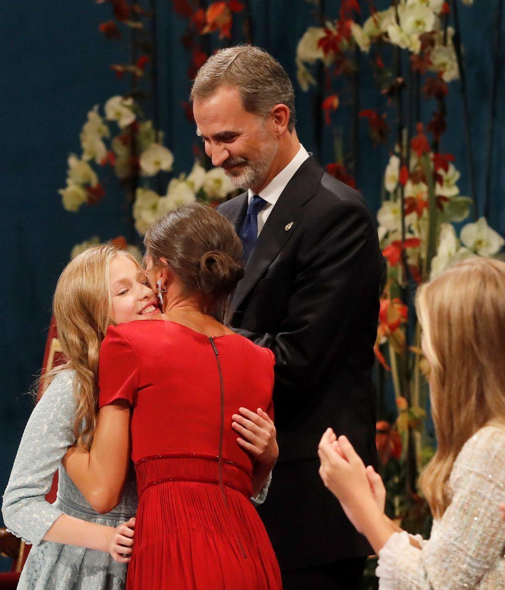 La princesa Leonor es felicitada por los reyes Felipe y Letizia, tras pronunciar su discurso en la ceremonia de entrega