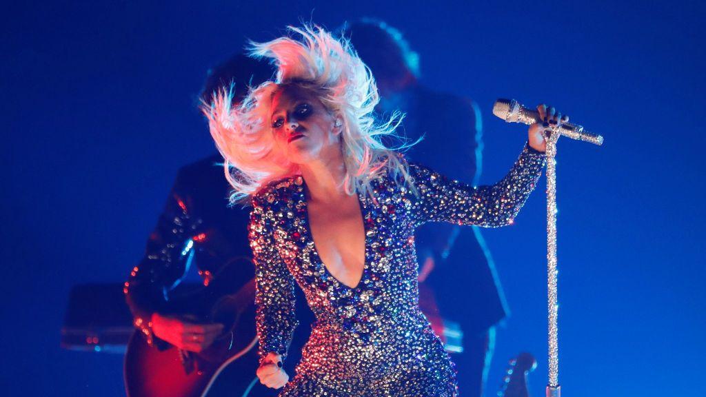 Lady Gaga se cae del escenario en brazos de un fan durante un concierto en Las Vegas