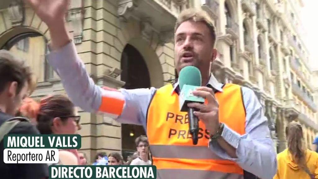Tiran pintura a un reportero de 'Ana Rosa' en los disturbios de Barcelona
