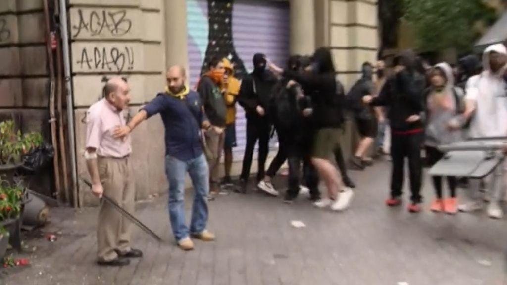 El tío de la garrota, la imagen del día: se enfrentó a los violentos, triunfó y se fue abatido