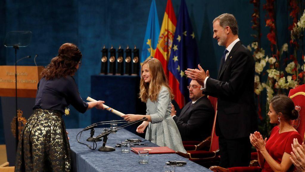 La alcaldesa de la ciudad polaca de Gdansk, Aleksandra Dulkiewicz, recibe de manos de la Princesa Leonor el premio Princesa de Asturias de la concordia 2019,