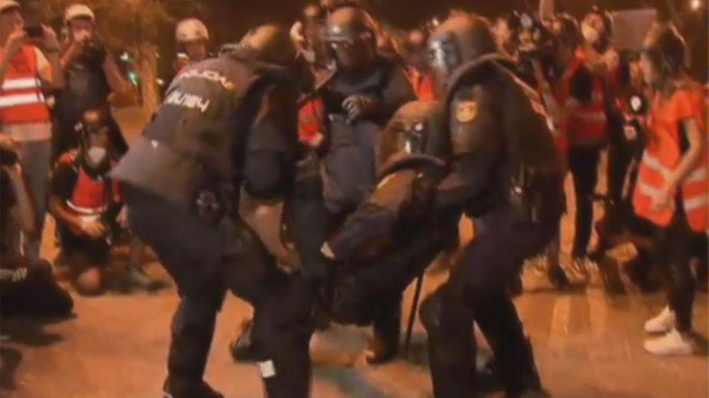 Un policía, socorrido entre tres compañeros tras ser herido en los incidentes en Barcelona