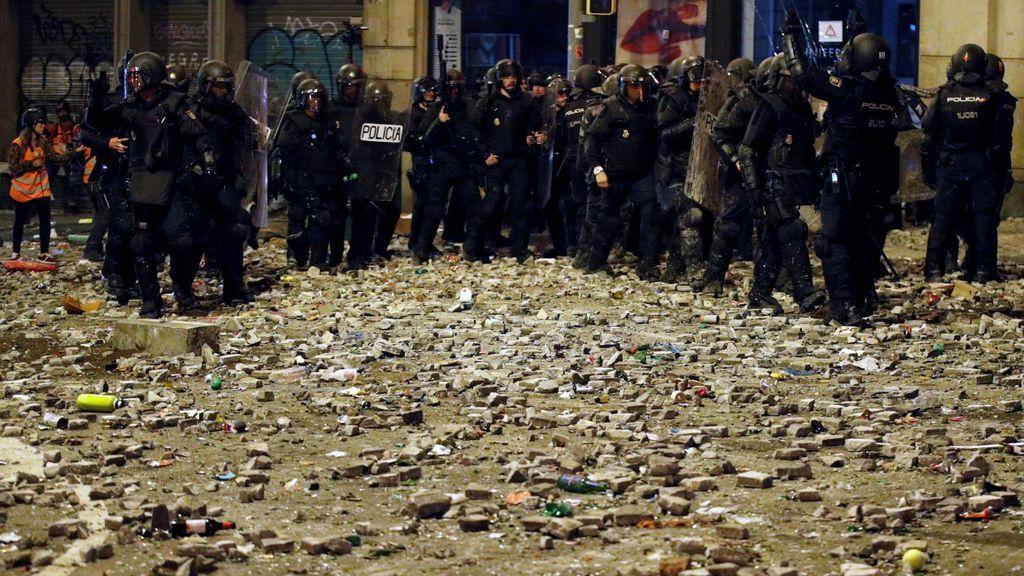 Así ha quedado el suelo de la Via Laietana tras la lluvia de piedras lanzada por los grupos violentos