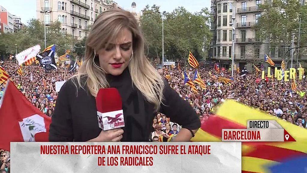 """Los radicales independentistas intentan impedir que Ana Francisco realice su trabajo en directo: """"Me están gritando porque vieron las imágenes de anoche"""""""
