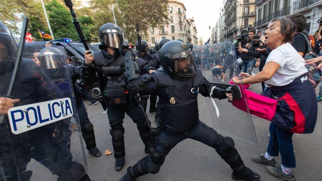 Agentes intentan disparar a golpe de porra a manifestantes