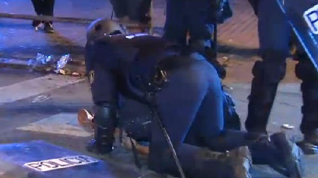 El momento en el que la Policía Nacional detiene a Albert García, fotoperiodista de El País