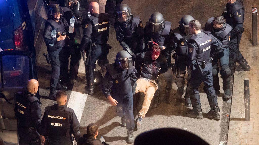 Los disturbios en Cataluña se saldan con al menos 64 detenidos y 182 heridos