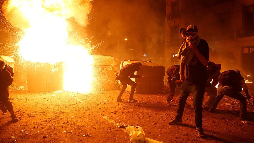 Manifestantes independentistas lanzan elementos de pirotecnia e incendian varios contenedores