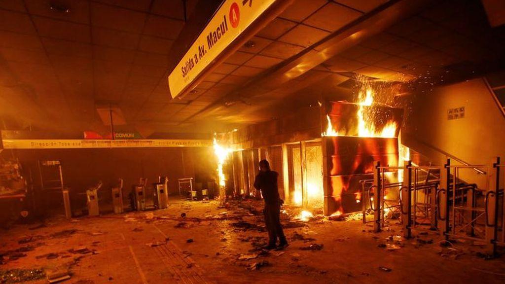 Chile declara el estado de emergencia tras las protestas por la subida del precio del metro en Santiago