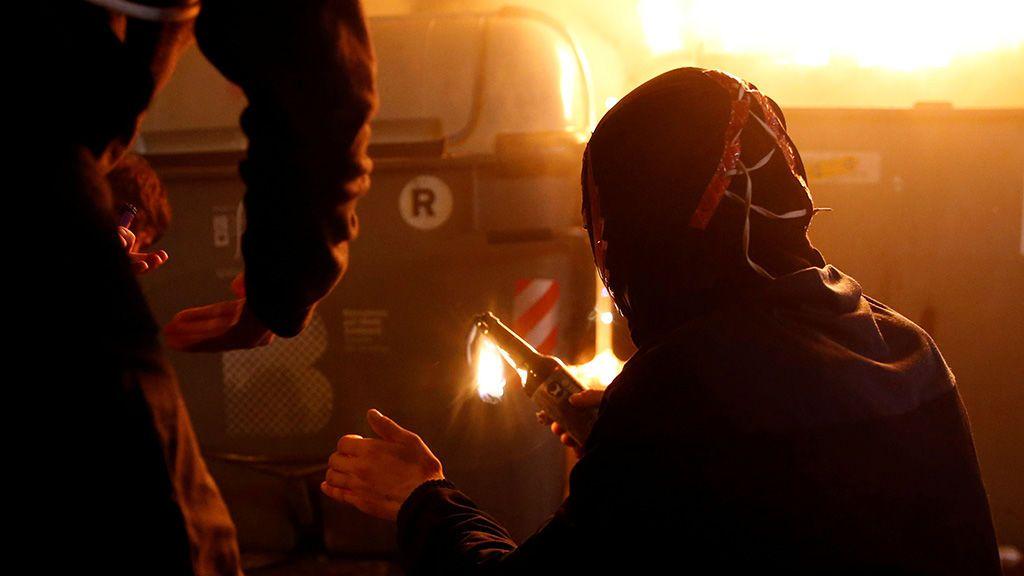 Los manifestantes prenden cócteles Molotov para lanzarlos durante los disturbios