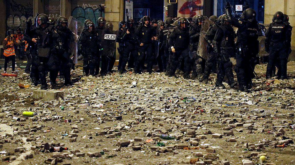 Varios antidisturbios avanzan durante la huelga general de Barcelona entre los objetos lanzados previamente