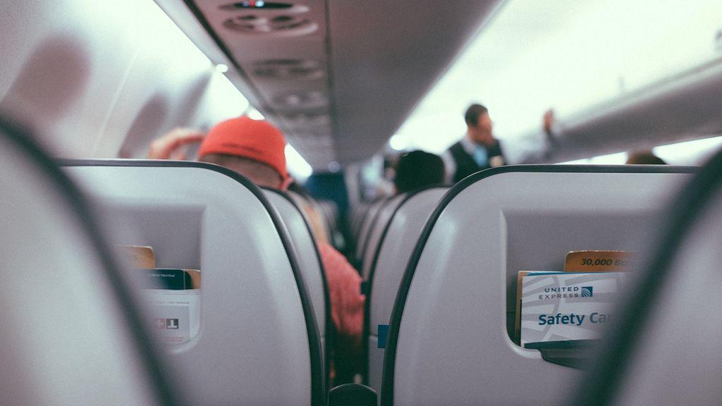 Pánico a bordo: un hombre tiene que ser inmovilizado tras tratar de abrir la puerta del avión en pleno vuelo