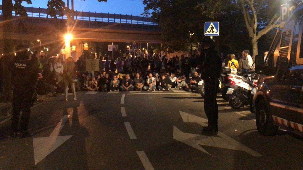 Sentada en Girona antes de la salida del coche con los detenidos.