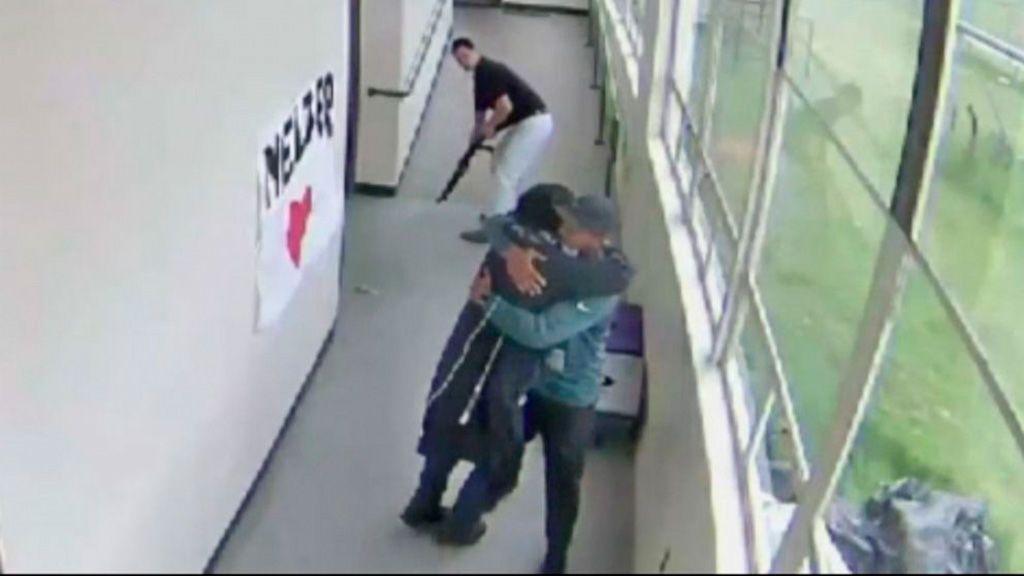 Un entrenador desarma y  abraza después a un alumno que pretendía provocar un tiroteo en Oregón