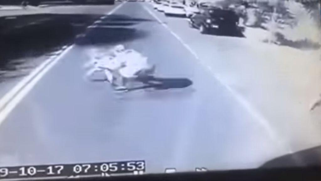 Un hombre muere para salvar a su hijo de 4 años de ser atropellado por un autobús