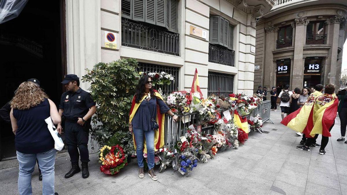 200 personas saludan a los policías nacionales en Barcelona ante la Jefatura como muestra de apoyo