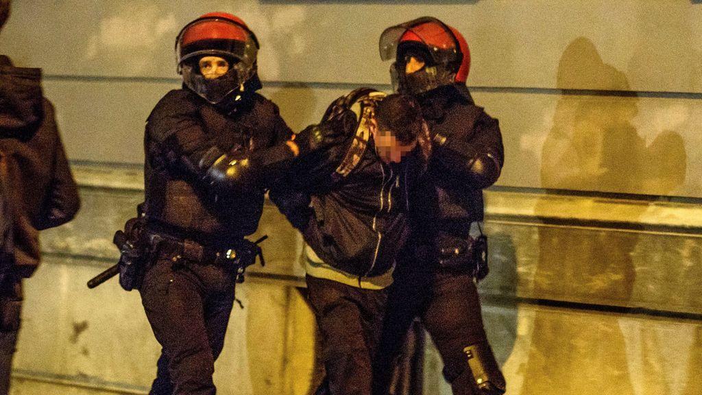 """Cargas en Bilbao contra los concentrados """"contra el fascismo"""" en el mitin de Vox: 15 detenidos y dos ertzainas heridos"""