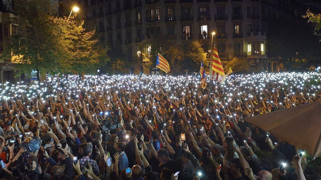 'Pícnic per la República' pide a los manifestantes de la calle Mallorca encender las linternas de los móviles