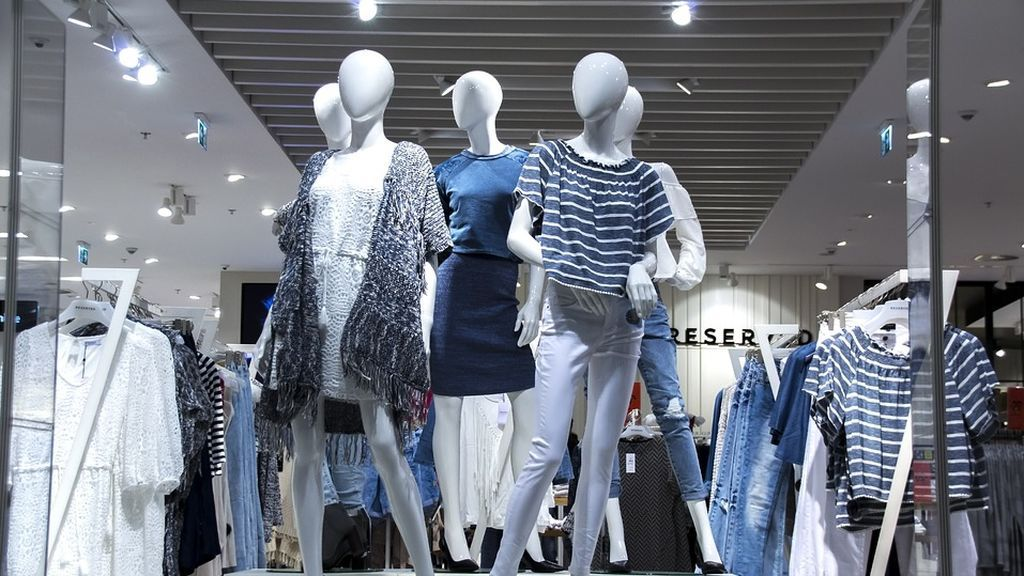 Condenan a 6 meses de cárcel a una mujer por devolver con un habilidoso método ropa usada en una cadena textil