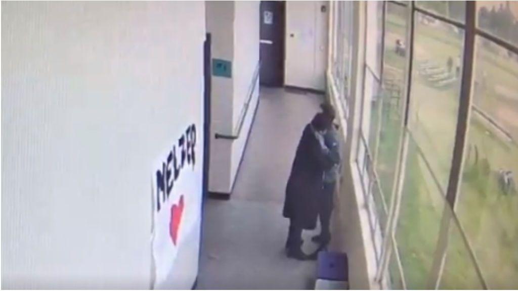 Un entrenador de fútbol americano impide con un abrazo que un estudiante armado se suicide