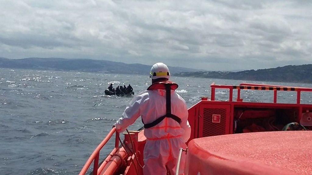Rescatan a 33 personas a bordo de una patera en aguas de Tenerife