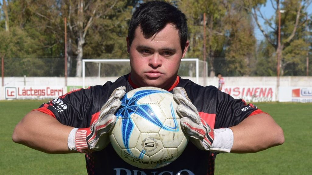 Un portero con síndrome de Down cumple su sueño: debuta, para un penalti y marca un gol