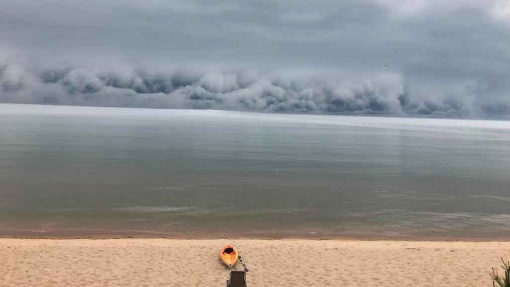 Ni olas, ni humo de una explosión: las curiosas nubes vistas sobre el lago Michigan