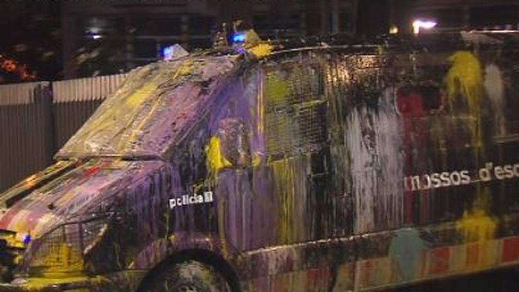 Globos con pintura contra los furgones policiales