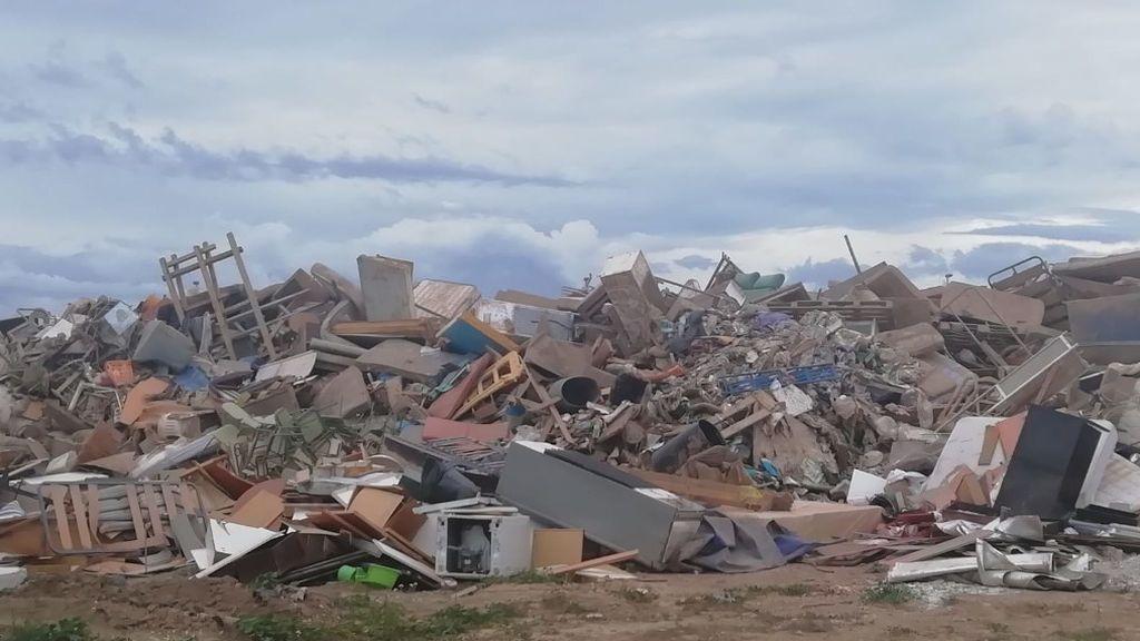 Montañas escombros en Los Alcázares